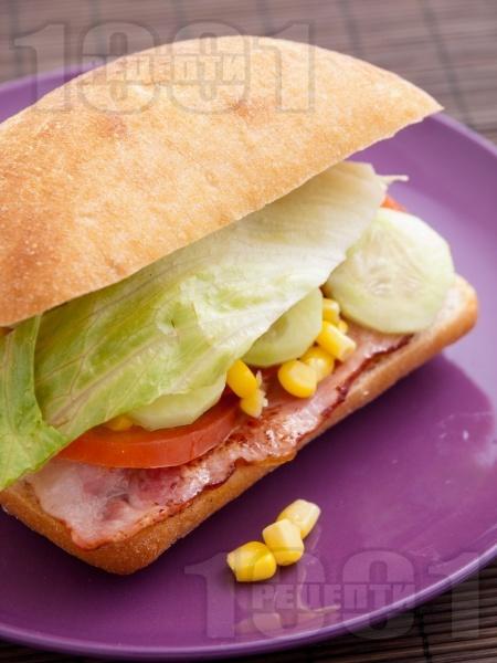 Сандвич с бекон и царевица - снимка на рецептата